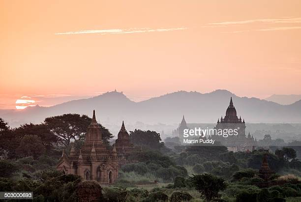 bagan, sunrise over ancient temples - buddismo foto e immagini stock