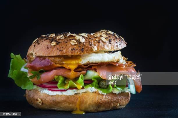bagel burger - repas servi photos et images de collection