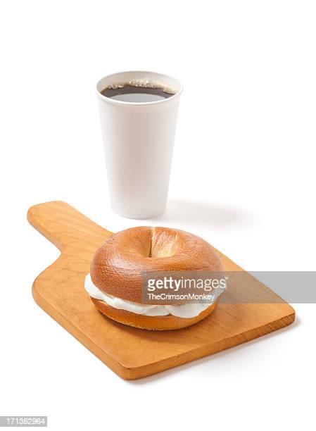 Bagel au fromage frais et du café