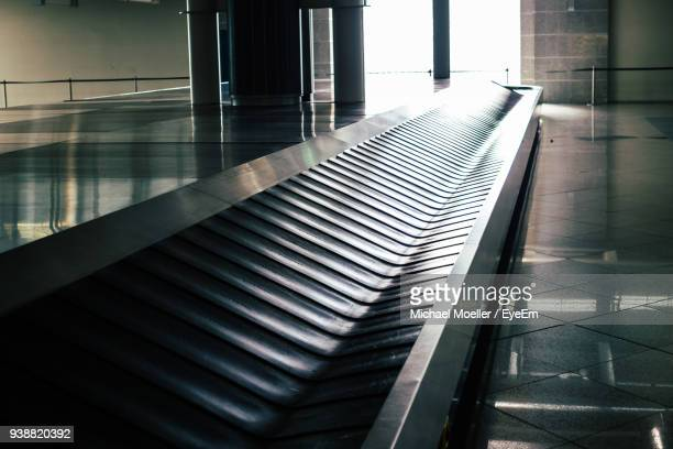 baggage carousel at airport - baggage claim stock pictures, royalty-free photos & images