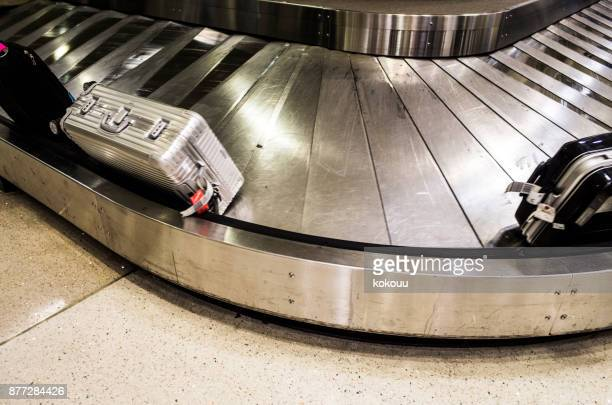 baggage roller bag flowing with carousel. - baggage claim stock pictures, royalty-free photos & images