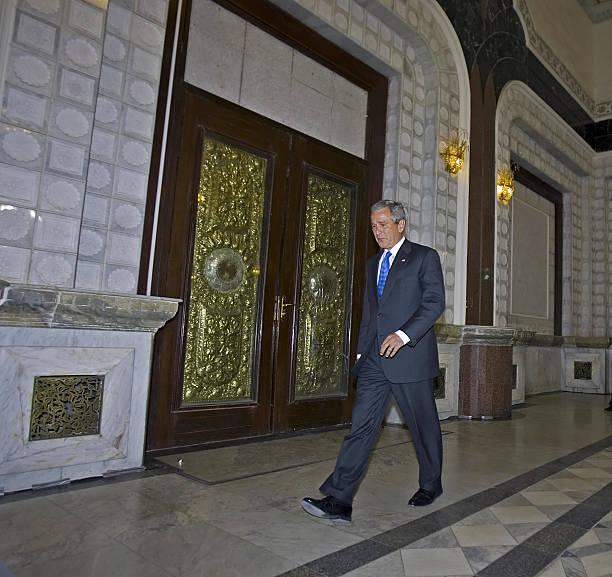 Photos et images de President Bush Arrives In Baghdad To