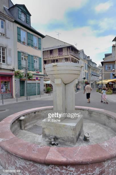 bagnères-de-bigorre, strasbourg square fountain - バニェールドビゴール ストックフォトと画像