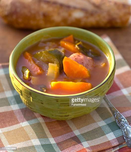 Baguette pan & tazón para la sopa de verduras vegetarianas saludables y la cena