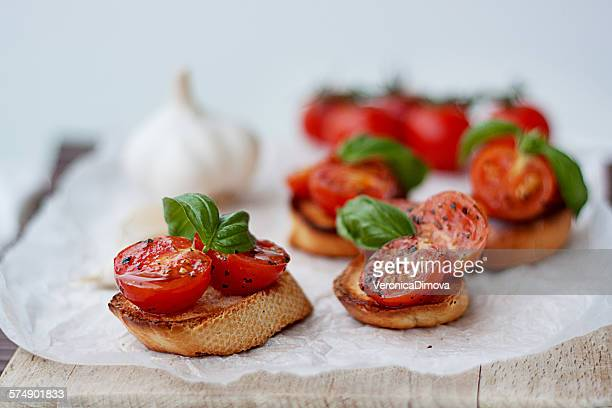 Baguettes with cherry tomatoes, basil and garlic