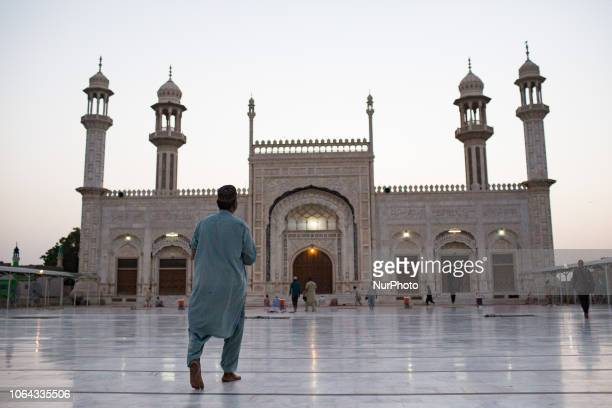 Bahawalpur, Pakistan, 4 October 2018. The locals arrive on the forecourt of the Al-Saddiq mosque for the evening prayer. The Al-Sadiq Mosque is...