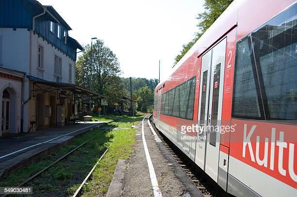 Bahnhof Bad Niedernau schmaler Bahnsteig mit eingefahrenem Regionalzug