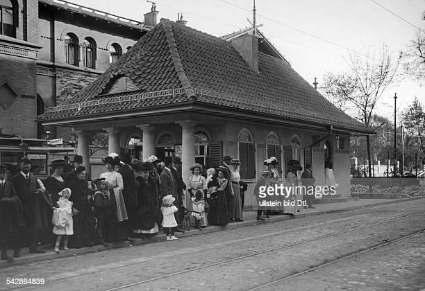 Bahnhof Berlin Steglitz Straßenbahnhaltestelle und Erfrischungshalle Leute warten an der Haltestelle undatiert vermutlich um 1910Foto Conrad...