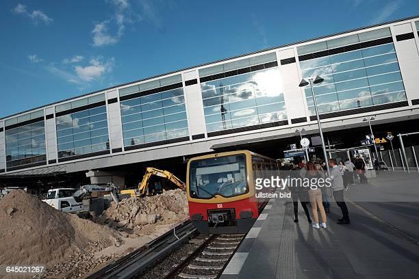 Bahnhof BerlinOstkreuz SBahnzug am provisorischen Bahnsteig dahinter die neue Halle der Ringbahn