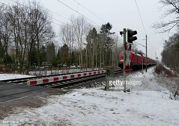 Regionalzug passiert eine Schranke bei Erkner