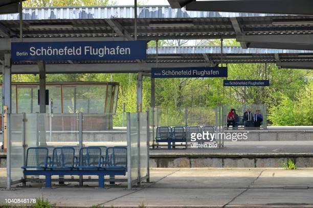 Bahnsteig Bahnhof Flughafen Schoenefeld Brandenburg Deutschland