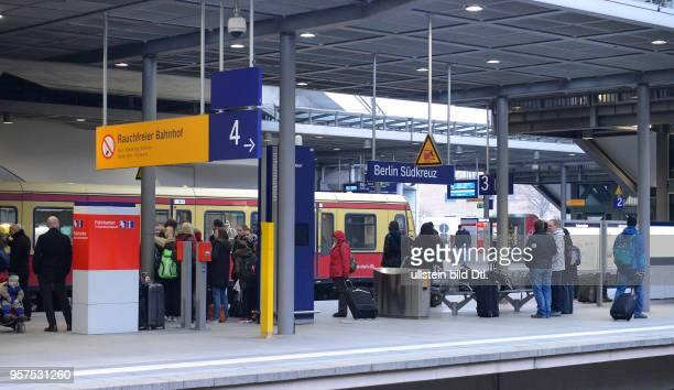 Bahnsteig Bahnhof Suedkreuz Schoeneberg Berlin Deutschland / Südkreuz Schöneberg