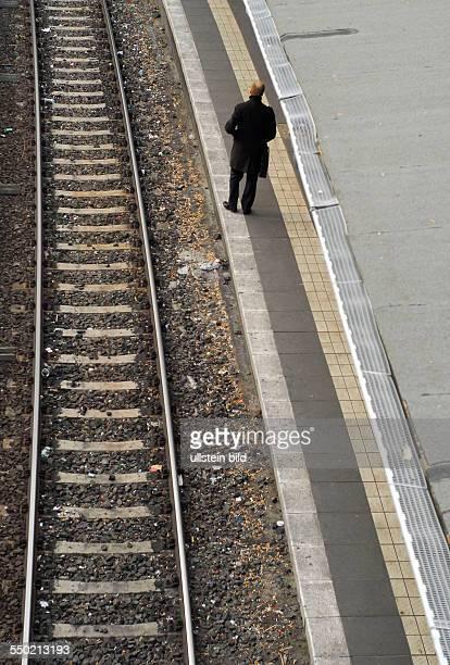 Bahnstreik Fahrgast wartet auf eine SBahn in Berlin