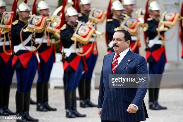 Bahraini King Hamad bin Isa bin Salman Al Khalifa walks past the honor guard prior to a meeting with French President Emmanuel Macron at the Elysee...