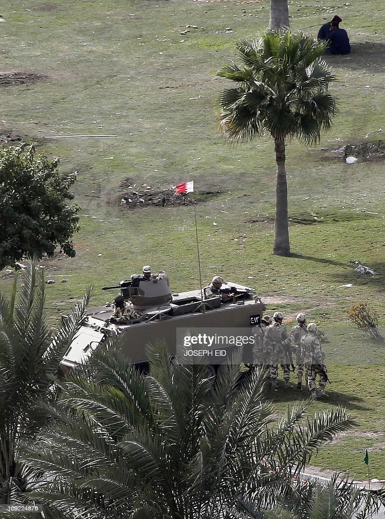 Bahraini soldiers keep watch at Pearl Sq : News Photo