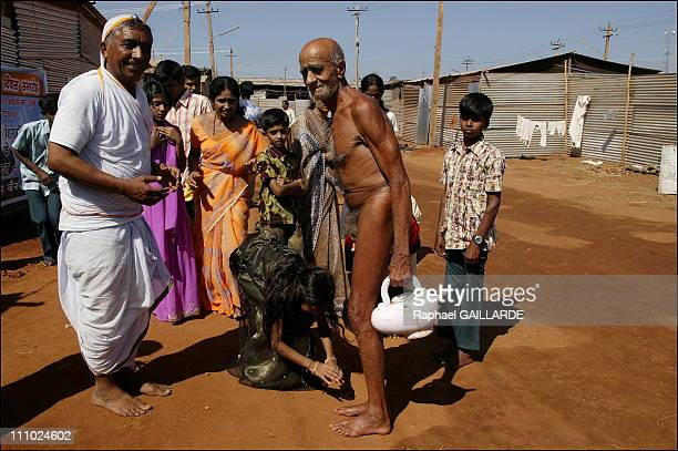Bahubali, a giant of peace and colors - Village of the ascetics - Pilgrims bow their heads to a digambara monk - They consider him a saint, the...