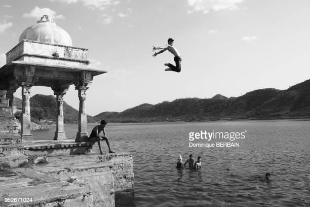 Baignade et plongeon dans un lac d'Udaipur Radjasthan Inde