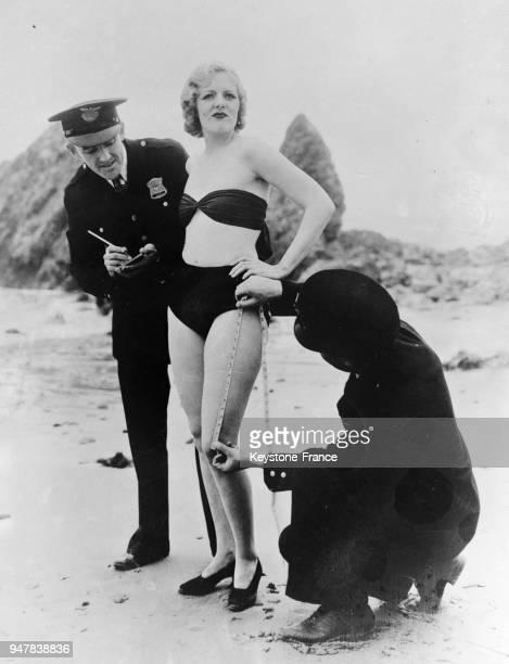 Baigneuse américaine contrôlée pour la longueur de son costume de bain, aux Etats-Unis en 1934.