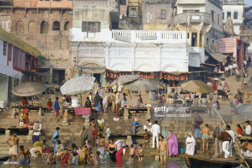 Bain dans le fleuve Gange à Varanasi : News Photo