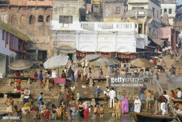 Bain dans le fleuve Gange le 15 décembre 1991 à Varanasi/Bénarès en Inde