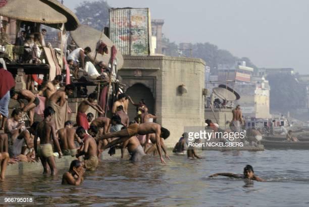 Bain dans le Gange le 15 décembre 1991 à Varanasi/Bénarès en Inde