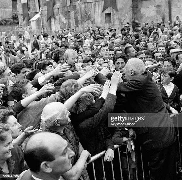 Bain de foule du general de Gaulle lors de sa visite en Seine et Oise France le 16 juin 1965