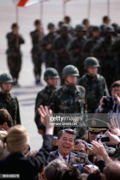 Bain de foule sous protection militaire pour le président américain Ronald Reagan le 11 juin 1982 à Berlin Allemagne