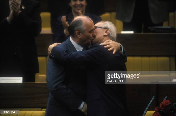 Baiser entre Mikhaïl Gorbatchev et Erich Honecker lors du 11e Congrès du Parti communiste le 21 avril 1986 à Berlin Allemagne