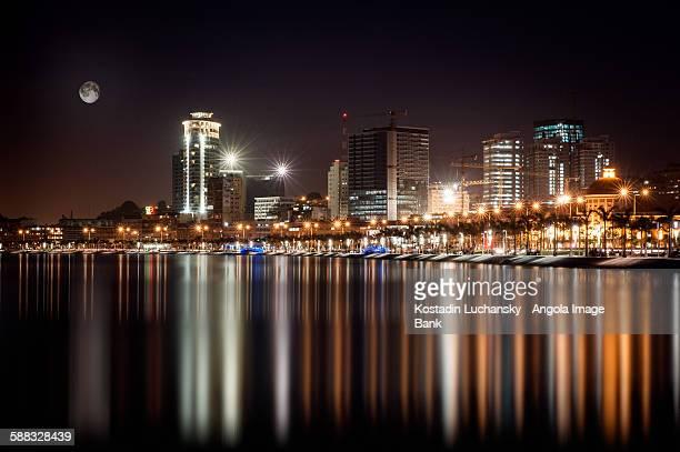 A baixa de Luanda vista da baía. Marginal.