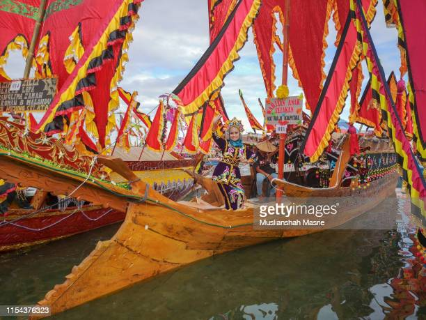 bajau ethnic with traditional costume perform a dance during the yearly event the regatta lepa in semporna, sabah, malaysia. boats with colourful flags calls sambulayang. lepa means boat or traditional canoe in the dialect of east coast bajau. - {{asset.href}} stock-fotos und bilder