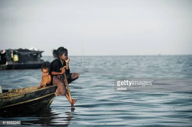Bajau Sea zigenare av Borneo på en båt, Sabah