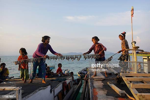 bajau sea gypsy family on houseboat - 干物 ストックフォトと画像