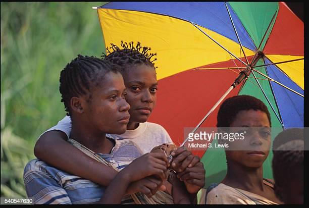 baka children holding colorful umbrella - cameroun photos et images de collection