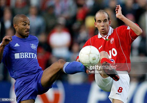 Bakary Diakite of Wehen challenges Stephan Sieger of Offenbach for the ball during the match of the Third Bundesliga between Kickers Offenbach and SV...