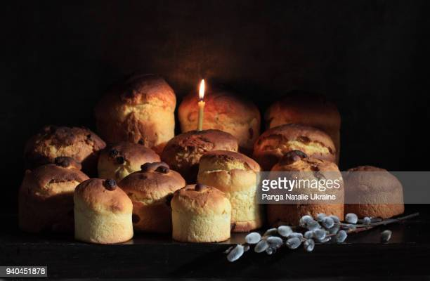 baked easter bread, candle and catkins - osterfeuer stock-fotos und bilder