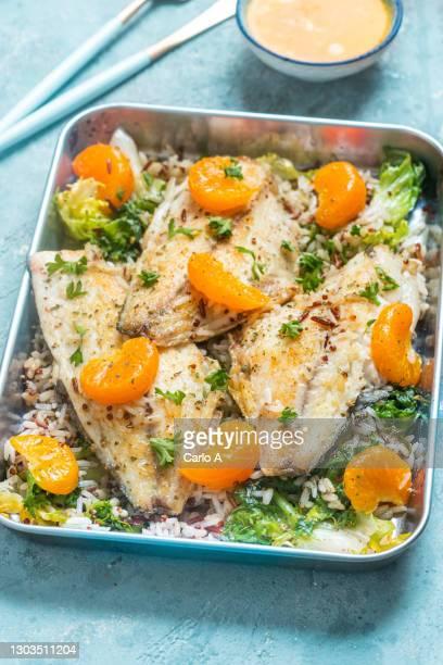 baked fish fillet  with rice  tangerines and kale - arroz integral - fotografias e filmes do acervo