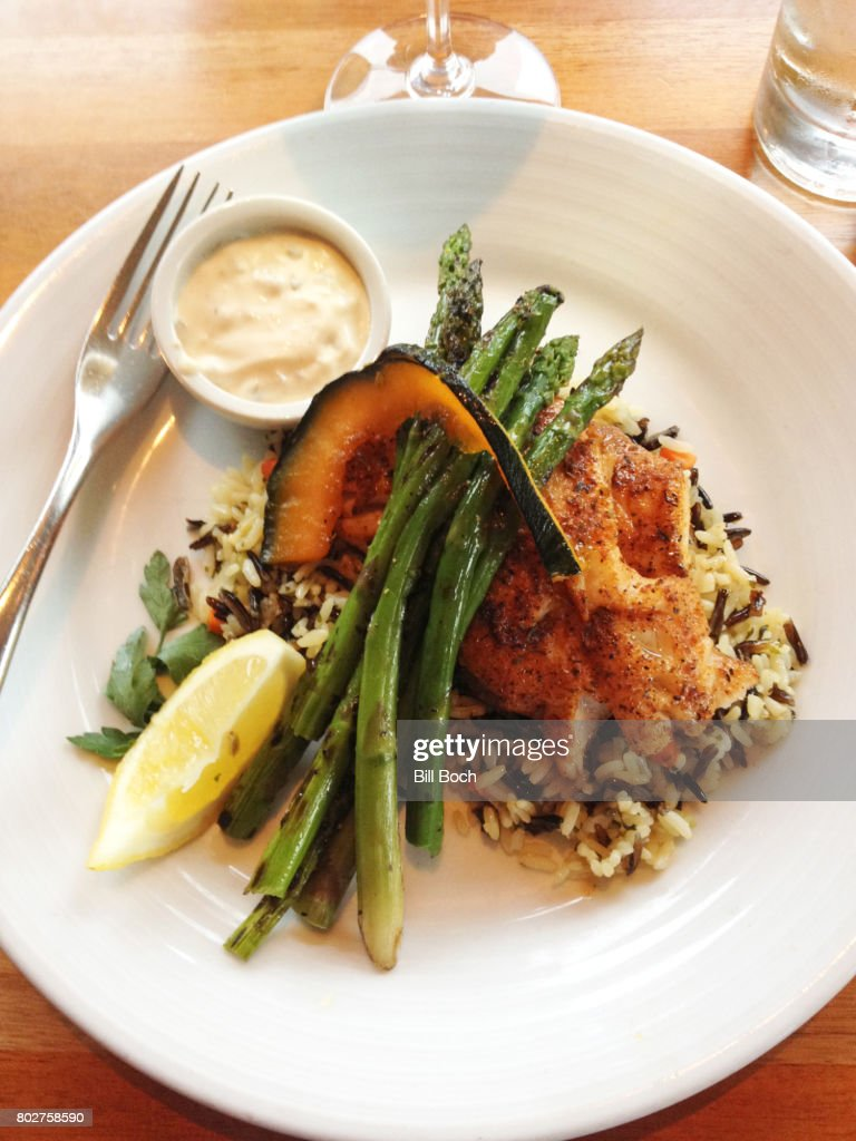 Baked Halibut on wild rice with asparagus and acorn squash : Stockfoto