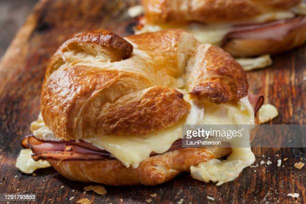 gebakken ham en brie croissant sandwiches met dijon mosterd - brie stockfoto's en -beelden