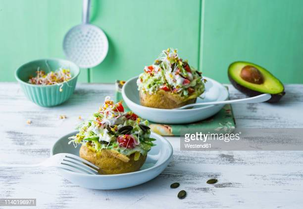 baked patatoes with curd, vegetables, sprouts and pumpkin seed - lettuce stockfoto's en -beelden