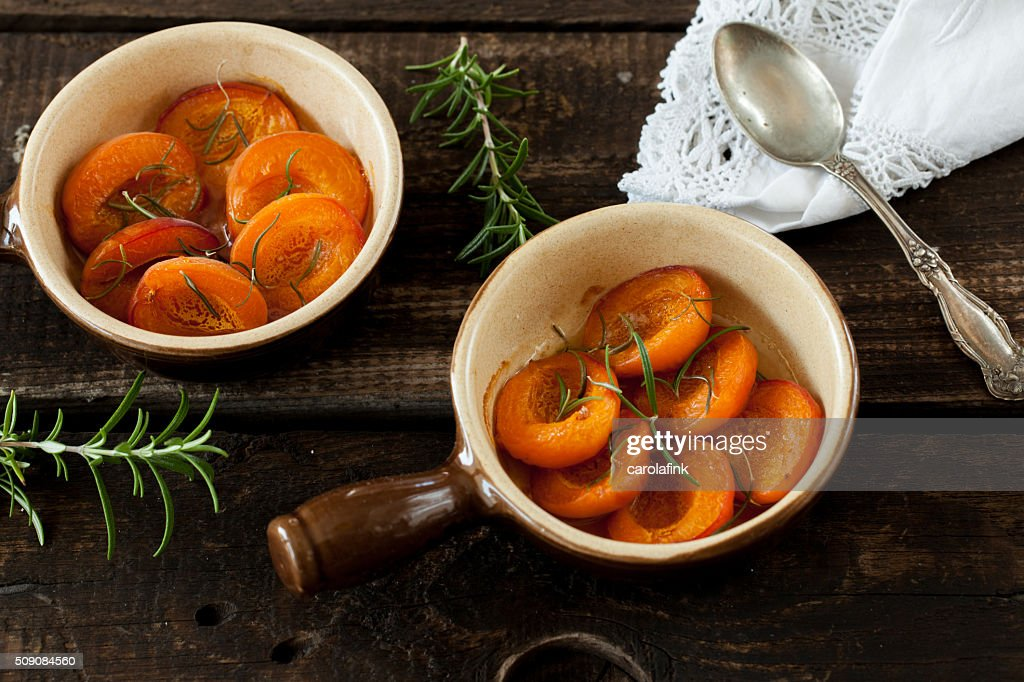 Baked peaches with honey and rosemary : Stock-Foto