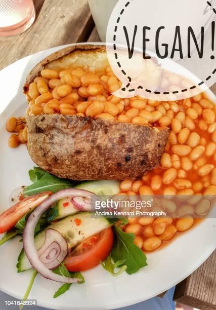 baked potato with beans and side salad - comida de pub - fotografias e filmes do acervo