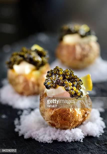 Gebackene Kartoffeln mit schwarzem Kaviar