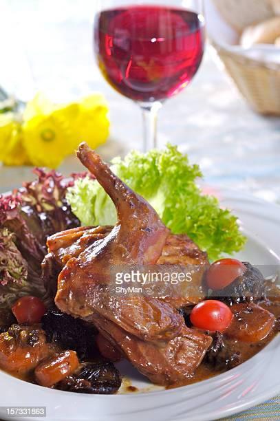 焼きラビット、プラム - ウサギ肉 ストックフォトと画像
