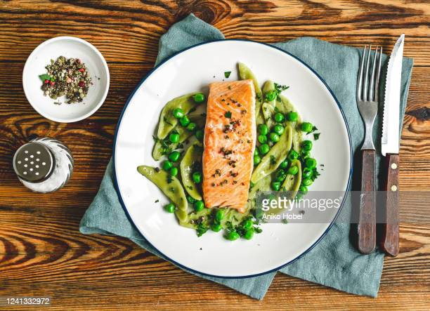 baked salmon with spinach pasta and green peas - 鮭料理 ストックフォトと画像