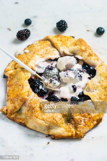 baked tart galette with ice cream and berries fruit - repas servi photos et images de collection