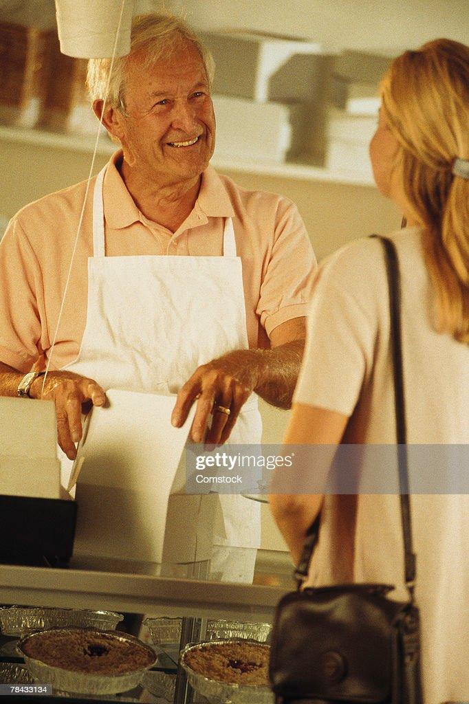 Baker at cash register : Stockfoto
