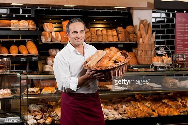 Baker tenant panier avec différents types de pain