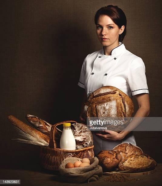 Baker tenant en mains du pain fraîchement sorti du four.