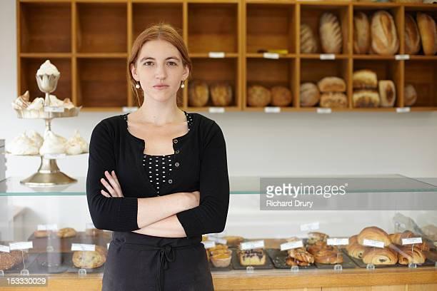 baker in her shop - solo una donna giovane foto e immagini stock