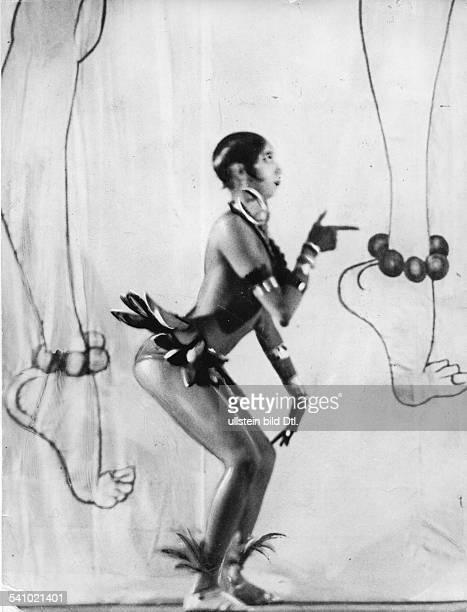 Baker, Josephine *03.06..1975+Taenzerin und Saengerin, USA / F- waehrend einer Auffuehrung der Revue 'Bitte einsteigen' / Josephine Baker im Theater...